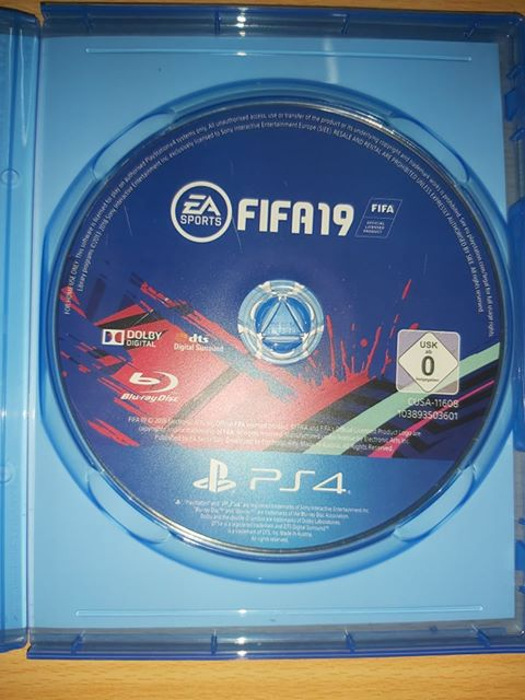 PS4 + 2 MANETTES + (Fifa 19)